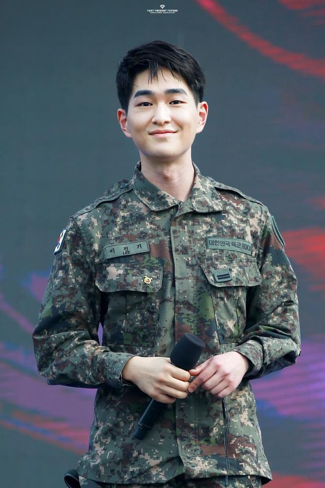 """KBS bóc trần"""" bê bối tài tử Hậu Duệ Mặt trời và 6 nam idol SHINee, BTOB, 2AM... nhận biệt đãi vô lý trong quân đội-6"""