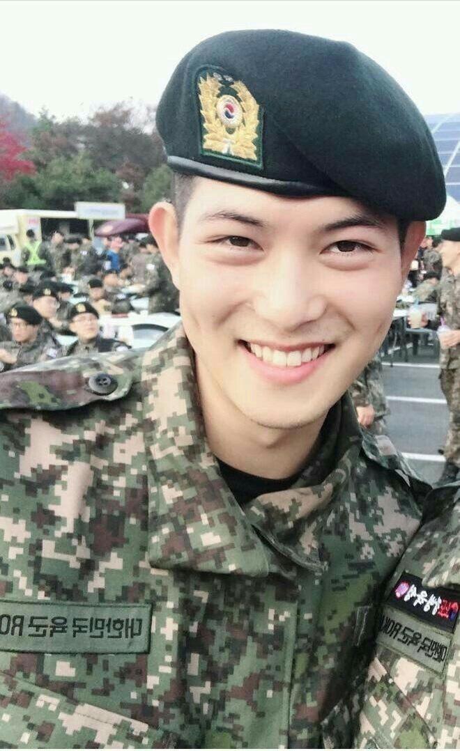 """KBS bóc trần"""" bê bối tài tử Hậu Duệ Mặt trời và 6 nam idol SHINee, BTOB, 2AM... nhận biệt đãi vô lý trong quân đội-1"""