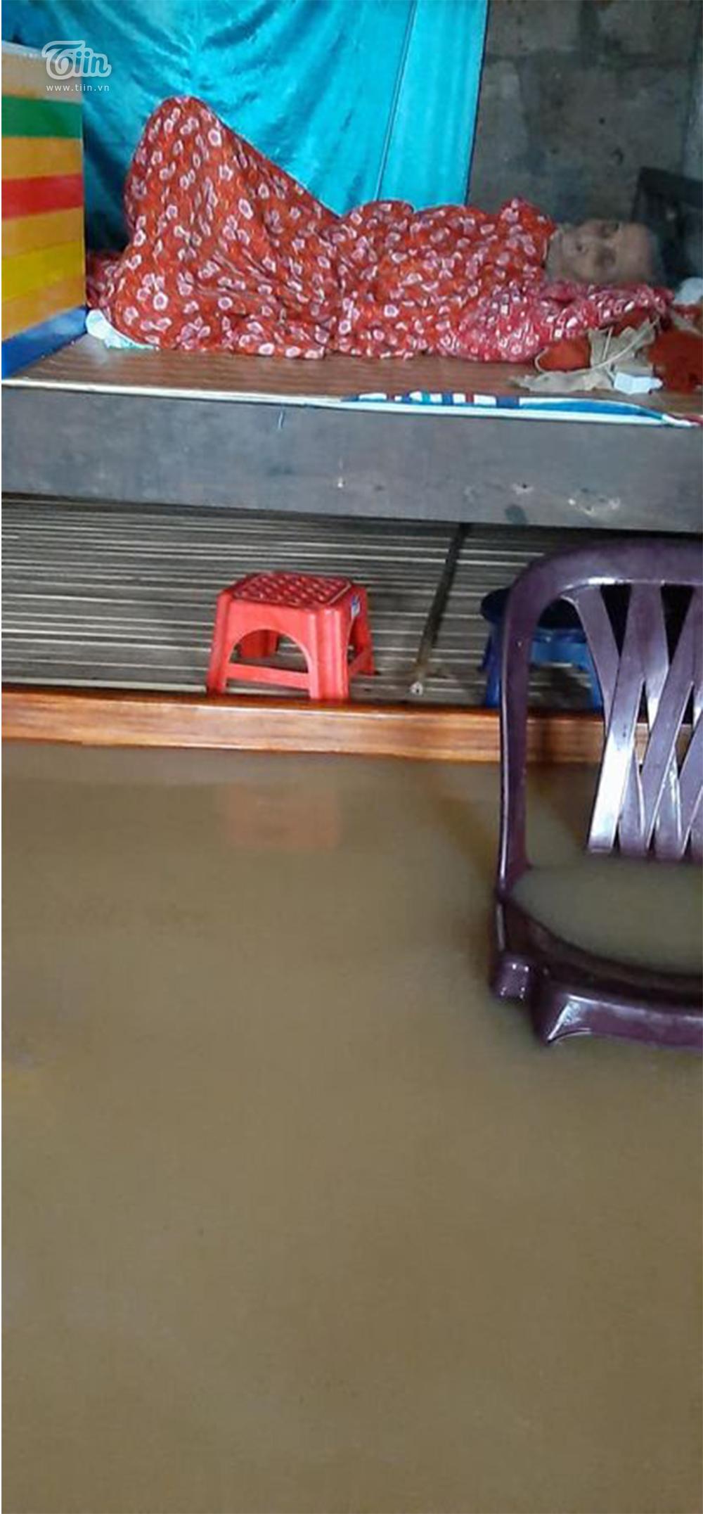 Mưa lũ miền Trung gây ngập nặng: Mong trời đừng mưa nữa, nhà mệ ngập hết rồi-2