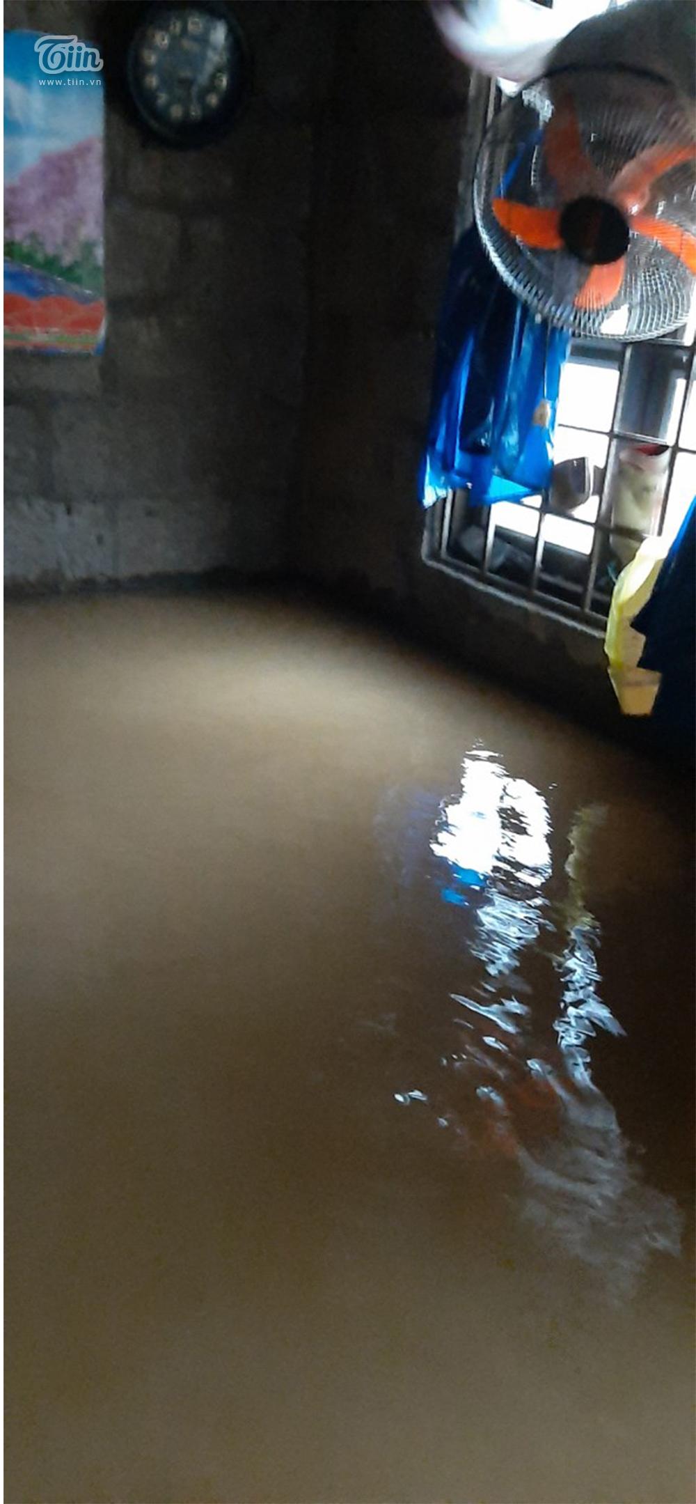 Mưa lũ miền Trung gây ngập nặng: Mong trời đừng mưa nữa, nhà mệ ngập hết rồi-4