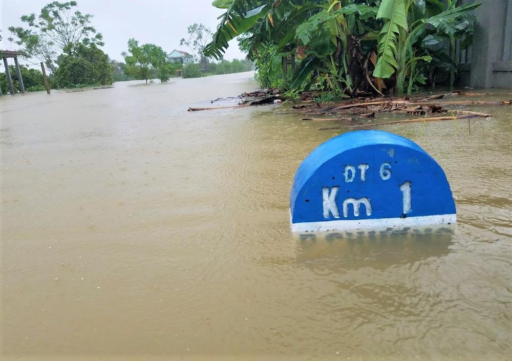 Lũ lên nhanh, người dân ở Huế phải dùng thuyền sơ tán khỏi vùng bị ngập hơn 1 mét-2