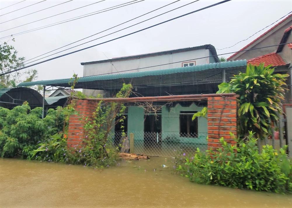 Lũ lên nhanh, người dân ở Huế phải dùng thuyền sơ tán khỏi vùng bị ngập hơn 1 mét-5
