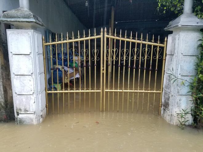Lũ lên nhanh, người dân ở Huế phải dùng thuyền sơ tán khỏi vùng bị ngập hơn 1 mét-6