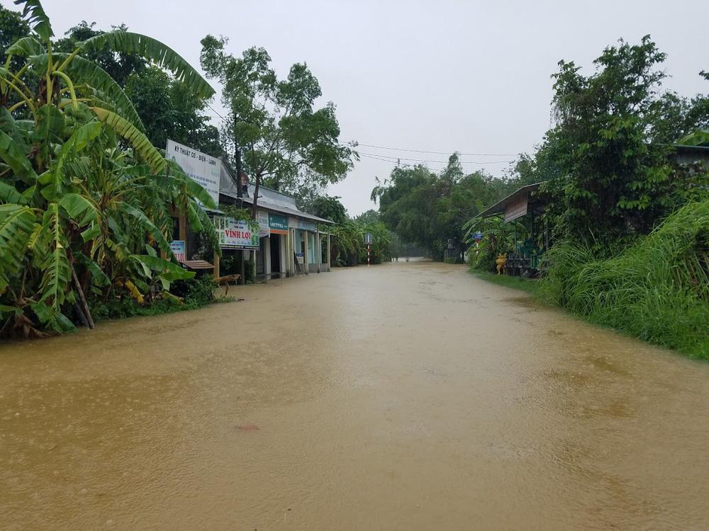 Lũ lên nhanh, người dân ở Huế phải dùng thuyền sơ tán khỏi vùng bị ngập hơn 1 mét-1