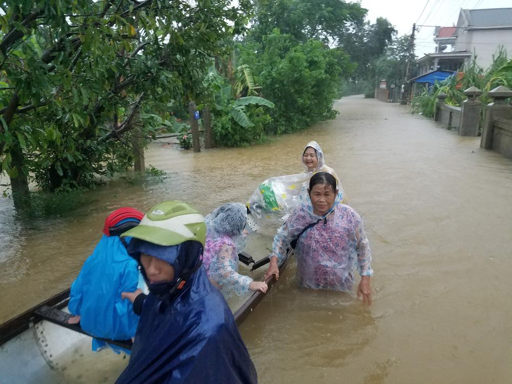 Lũ lên nhanh, người dân ở Huế phải dùng thuyền sơ tán khỏi vùng bị ngập hơn 1 mét-7