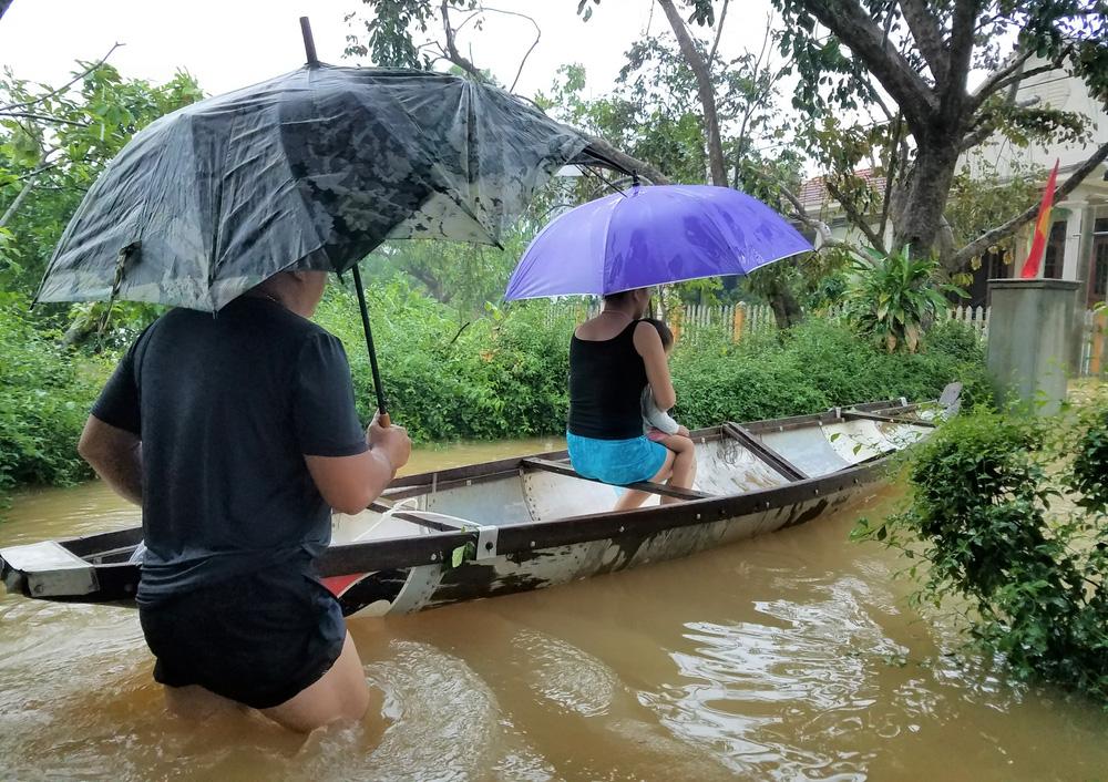 Lũ lên nhanh, người dân ở Huế phải dùng thuyền sơ tán khỏi vùng bị ngập hơn 1 mét-8