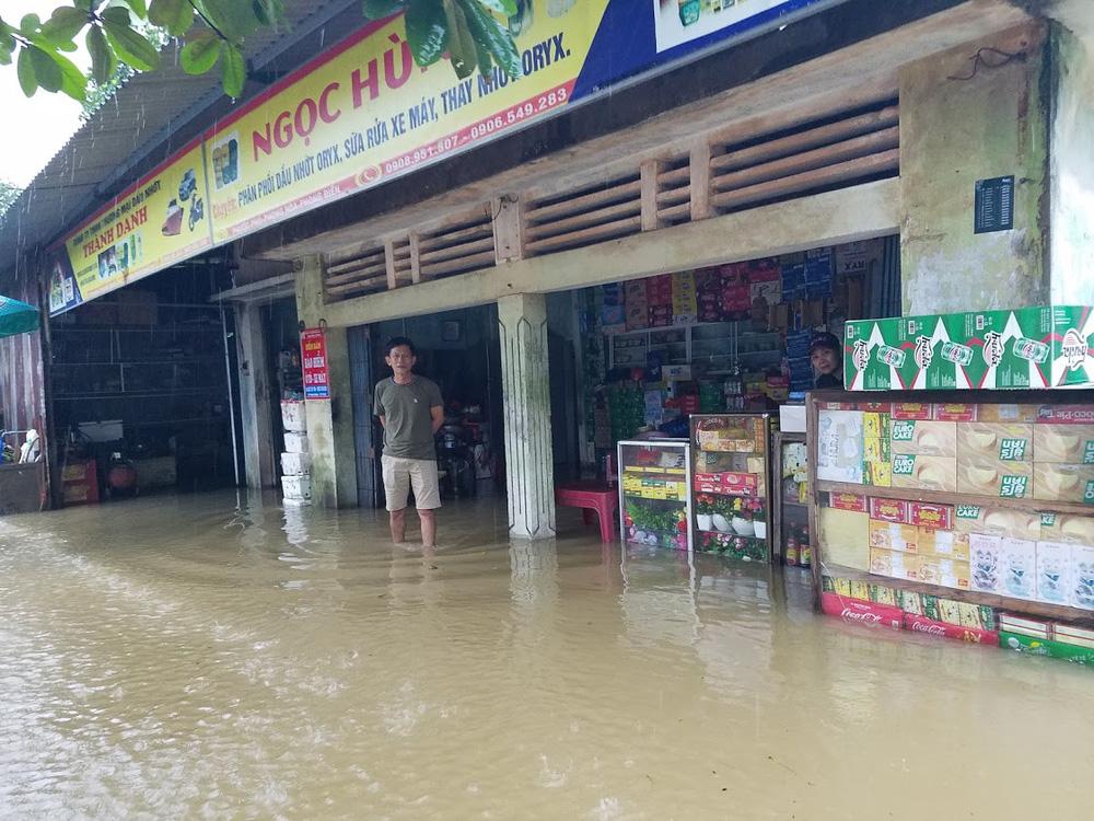 Lũ lên nhanh, người dân ở Huế phải dùng thuyền sơ tán khỏi vùng bị ngập hơn 1 mét-12