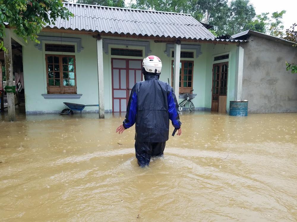 Lũ lên nhanh, người dân ở Huế phải dùng thuyền sơ tán khỏi vùng bị ngập hơn 1 mét-11