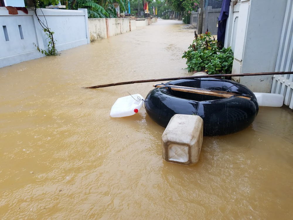 Lũ lên nhanh, người dân ở Huế phải dùng thuyền sơ tán khỏi vùng bị ngập hơn 1 mét-10