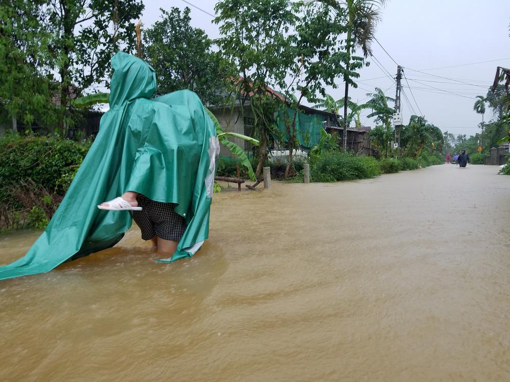 Lũ lên nhanh, người dân ở Huế phải dùng thuyền sơ tán khỏi vùng bị ngập hơn 1 mét-9
