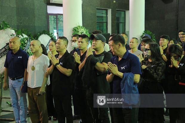 Tang lễ NSƯT Tuấn Phương: Minh Quân và dàn sao nghẹn ngào, bố ruột nén đau thương tiễn con trai về nơi an nghỉ cuối cùng-1