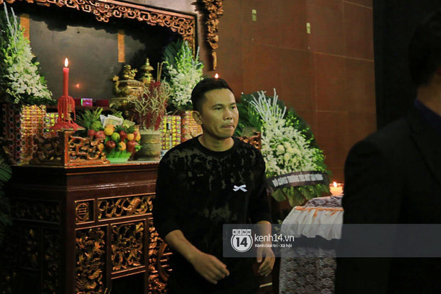 Tang lễ NSƯT Tuấn Phương: Minh Quân và dàn sao nghẹn ngào, bố ruột nén đau thương tiễn con trai về nơi an nghỉ cuối cùng-6