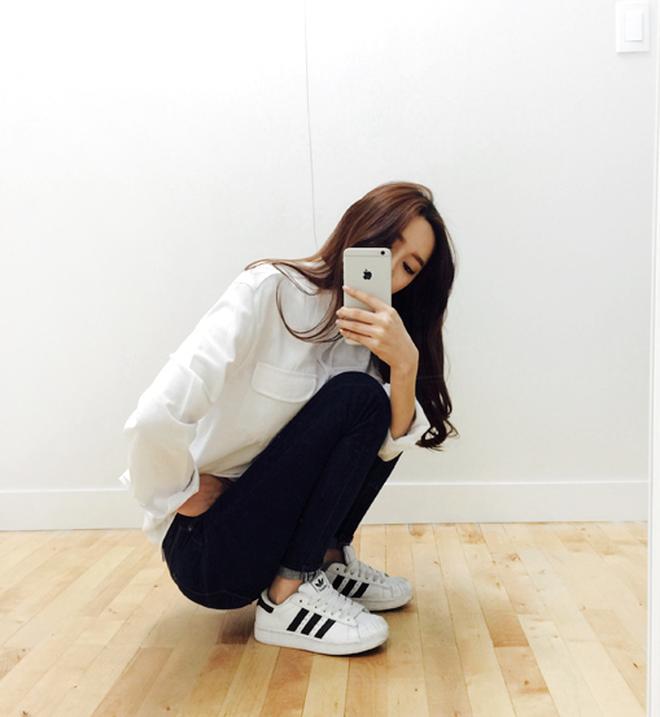 Nhìn Hương Giang lên đồ, chị em biết đôi sneakers trắng vi diệu đến thế nào-2