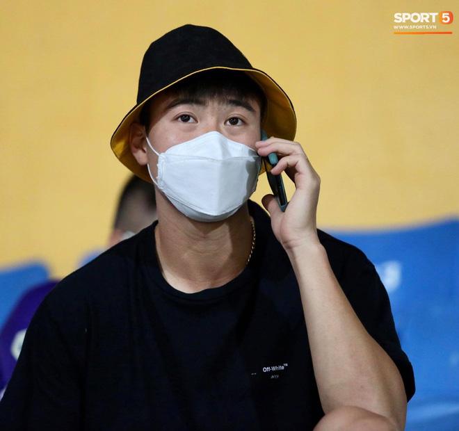 Huỳnh Anh chiếm spotlight khi đến sân cổ vũ Quang Hải, lộ gương mặt khác lạ không giống hình đăng Facebook-2