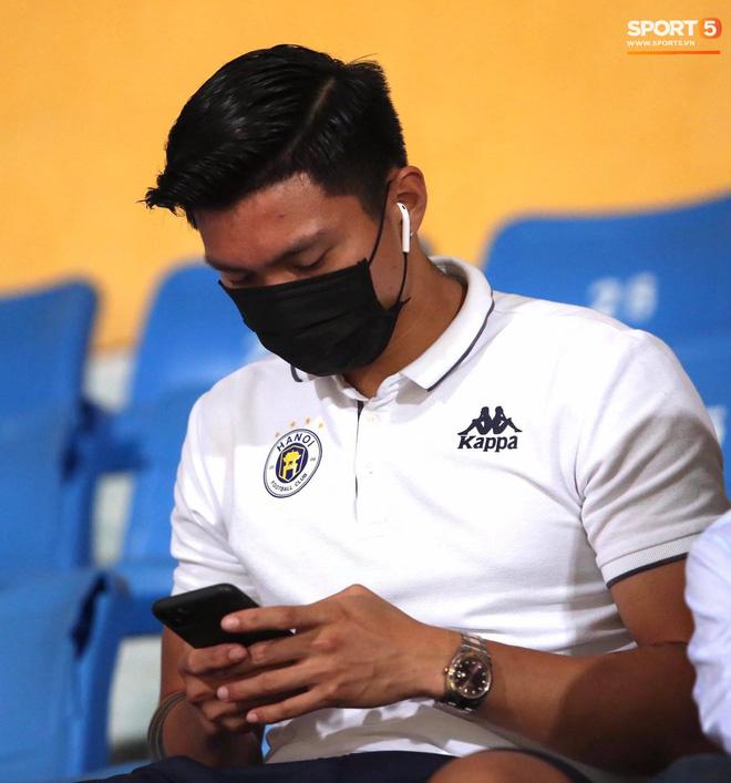 Huỳnh Anh chiếm spotlight khi đến sân cổ vũ Quang Hải, lộ gương mặt khác lạ không giống hình đăng Facebook-3