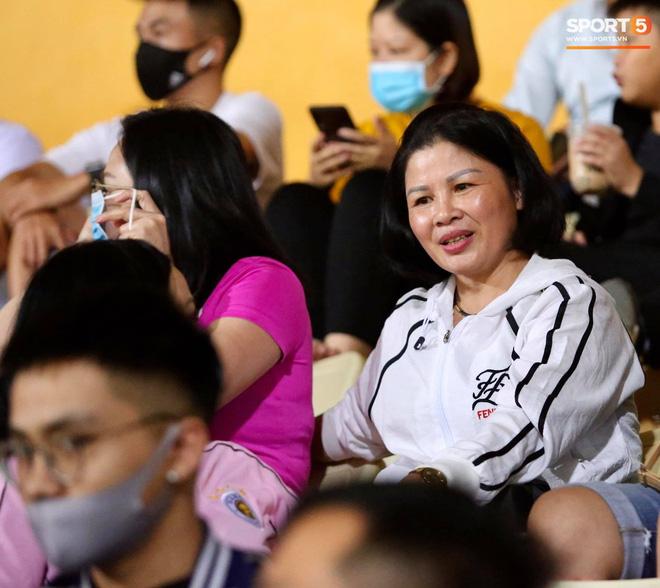 Huỳnh Anh chiếm spotlight khi đến sân cổ vũ Quang Hải, lộ gương mặt khác lạ không giống hình đăng Facebook-10