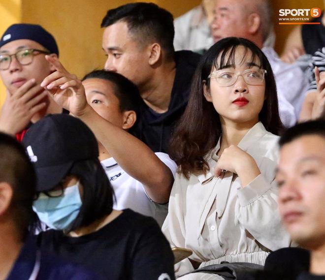 Huỳnh Anh chiếm spotlight khi đến sân cổ vũ Quang Hải, lộ gương mặt khác lạ không giống hình đăng Facebook-11