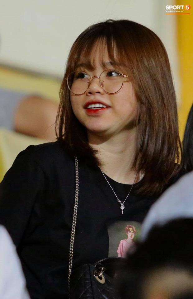 Huỳnh Anh chiếm spotlight khi đến sân cổ vũ Quang Hải, lộ gương mặt khác lạ không giống hình đăng Facebook-5