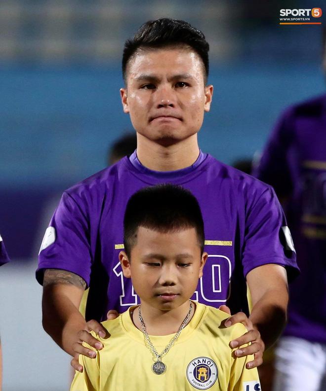 Huỳnh Anh chiếm spotlight khi đến sân cổ vũ Quang Hải, lộ gương mặt khác lạ không giống hình đăng Facebook-9