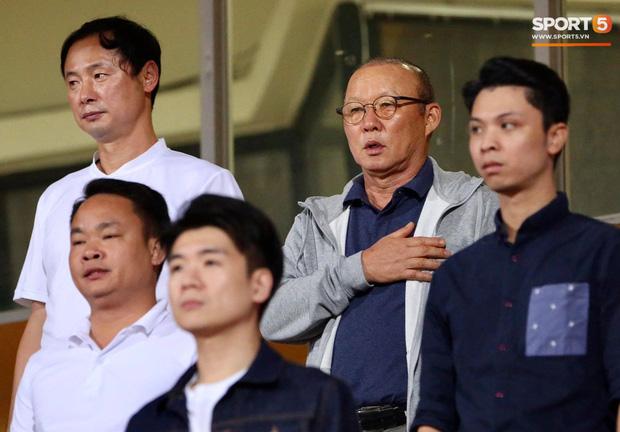 Huỳnh Anh chiếm spotlight khi đến sân cổ vũ Quang Hải, lộ gương mặt khác lạ không giống hình đăng Facebook-12