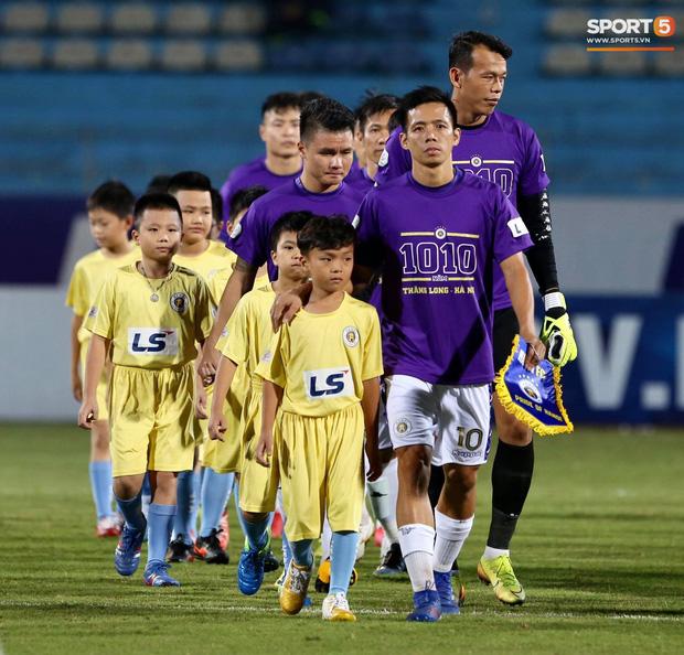 Huỳnh Anh chiếm spotlight khi đến sân cổ vũ Quang Hải, lộ gương mặt khác lạ không giống hình đăng Facebook-13