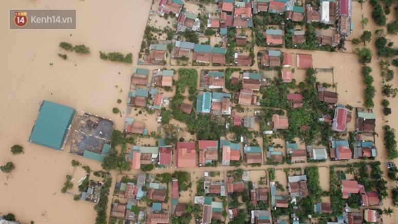 Chùm ảnh, video flycam: Cận cảnh lũ lịch sử nhấn chìm đường sá, ngập hàng ngàn ngôi nhà ở Quảng Bình-11