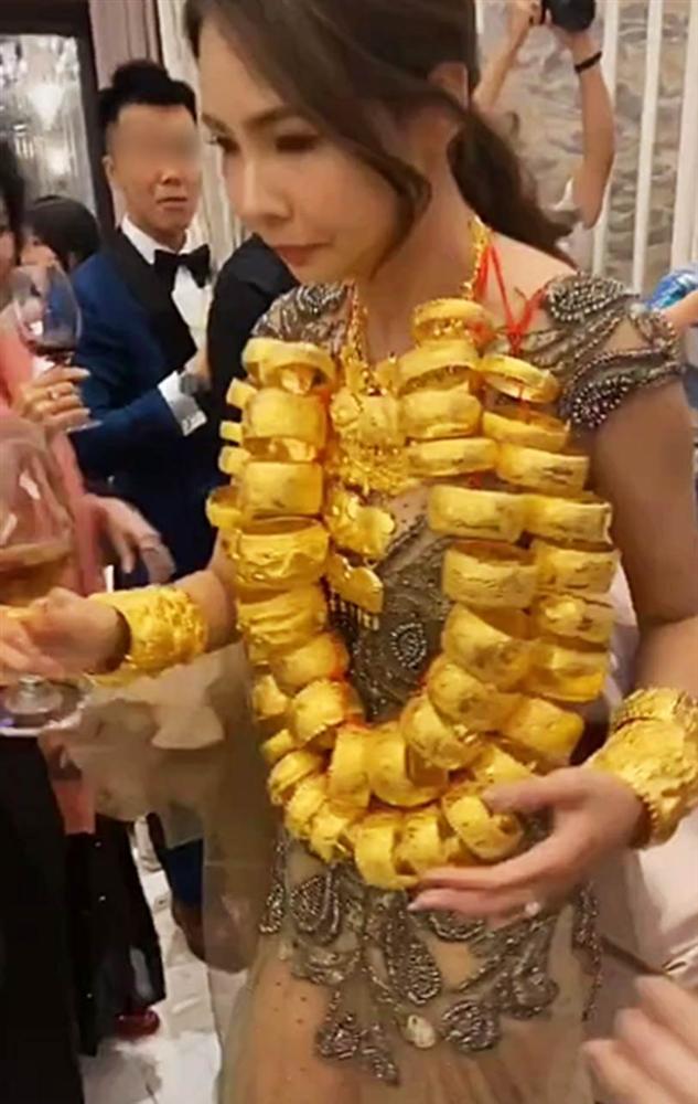 Cô dâu xinh đẹp còng lưng quấn cả chục cân vàng trên cổ, nhìn sang chú rể đeo đúng 2 cọng dây minh họa thì ai cũng phải bật cười-3