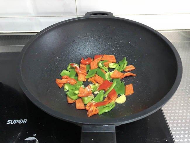 Vẫn là thịt thăn dai khô, nhưng đem xào thế này cơm nấu nhiều thế nào cũng chẳng đủ-7