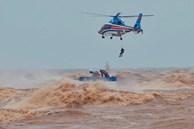 Nghẹt thở giải cứu thuyền viên kiệt sức, đeo bám trên tàu đang chìm dần tại bãi biển Cửa Việt