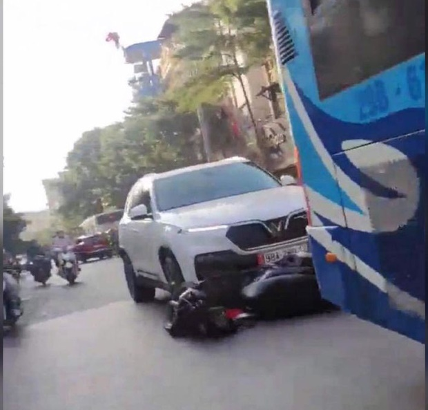 """Hà Nội: Ô tô điên"""" kéo lê xe máy SH chạy gần 1km liền bị truy đuổi, người phụ nữ cùng con nhỏ xuống xe khóc lóc xin tha lỗi-2"""