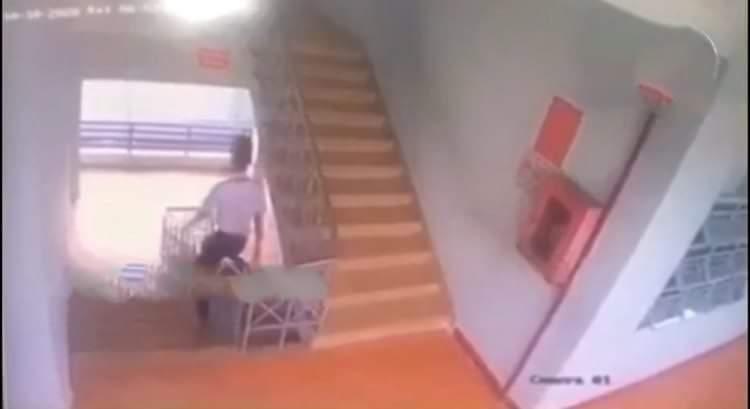 Nam sinh lớp 9 tử vong vì trượt lan can cầu thang ở trường học-1