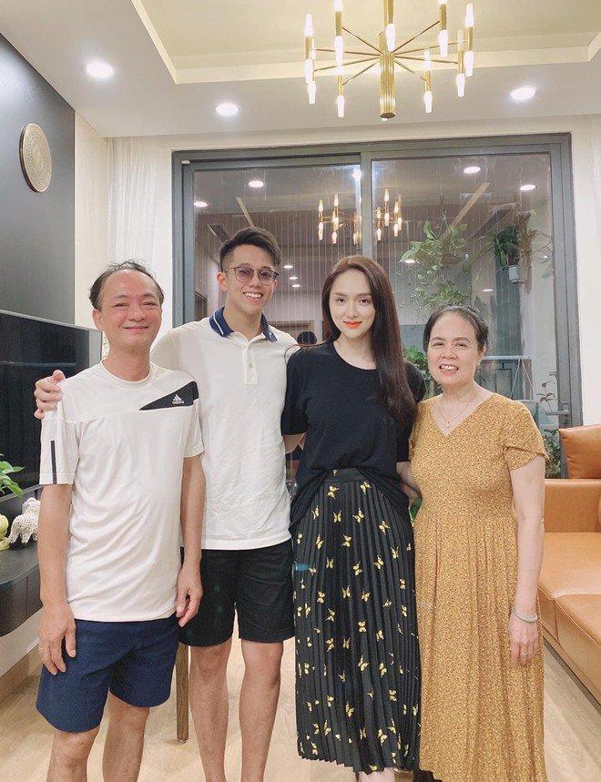 Matt Liu vừa ra mắt họ nhà gái, Hương Giang đã sắm ngay đôi giày cưới cổ tích gần 100 triệu, Vbiz chuẩn bị có thêm tin mừng?-2