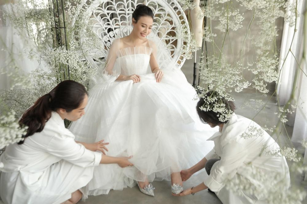 Matt Liu vừa ra mắt họ nhà gái, Hương Giang đã sắm ngay đôi giày cưới cổ tích gần 100 triệu, Vbiz chuẩn bị có thêm tin mừng?-9