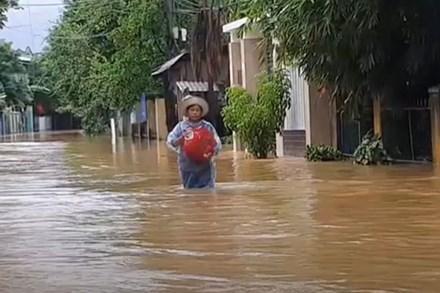 Video: Nhà ngập trong nước, phố biến thành sông tại Đà Nẵng