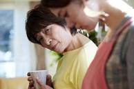 Mẹ chồng đến chăm con dâu ở cữ, nàng dâu ngậm ngùi nhìn hai mâm cơm khác biệt lúc chồng ở nhà và đi vắng