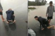 Sản phụ bị nước lũ cuốn trôi trên đường đi đẻ, chồng gào khóc trong tuyệt vọng