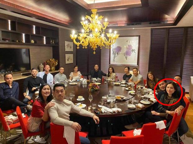 Linh Rin và Phillip Nguyễn cứ ôm nhau bất chấp trong hình chụp đôi hay ảnh gia đình, lấn lướt cả vợ chồng Hà Tăng-2