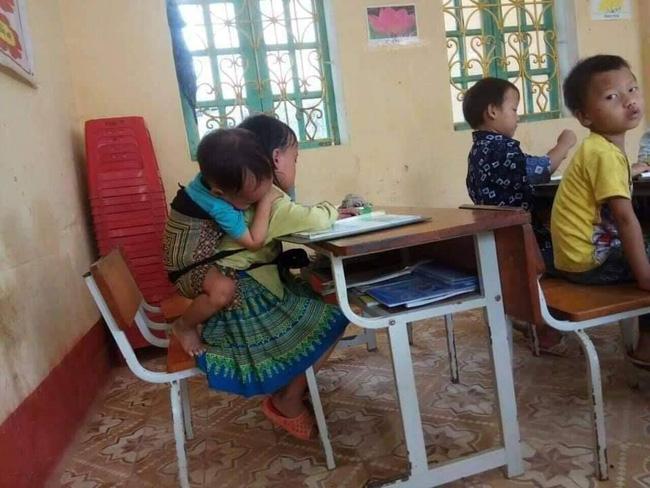 Xót xa hoàn cảnh bé gái 7 tuổi ở Yên Bái có bố đi tù, mẹ nghiện ngập, ngày ngày cõng em trai 20 tháng tuổi lên lớp học để có cơm ăn-1