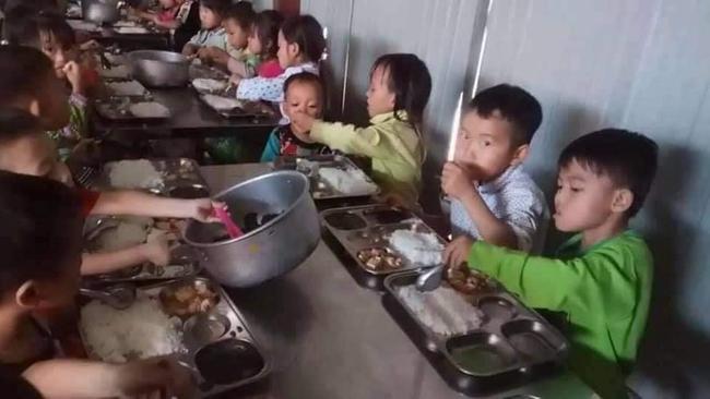 Xót xa hoàn cảnh bé gái 7 tuổi ở Yên Bái có bố đi tù, mẹ nghiện ngập, ngày ngày cõng em trai 20 tháng tuổi lên lớp học để có cơm ăn-2