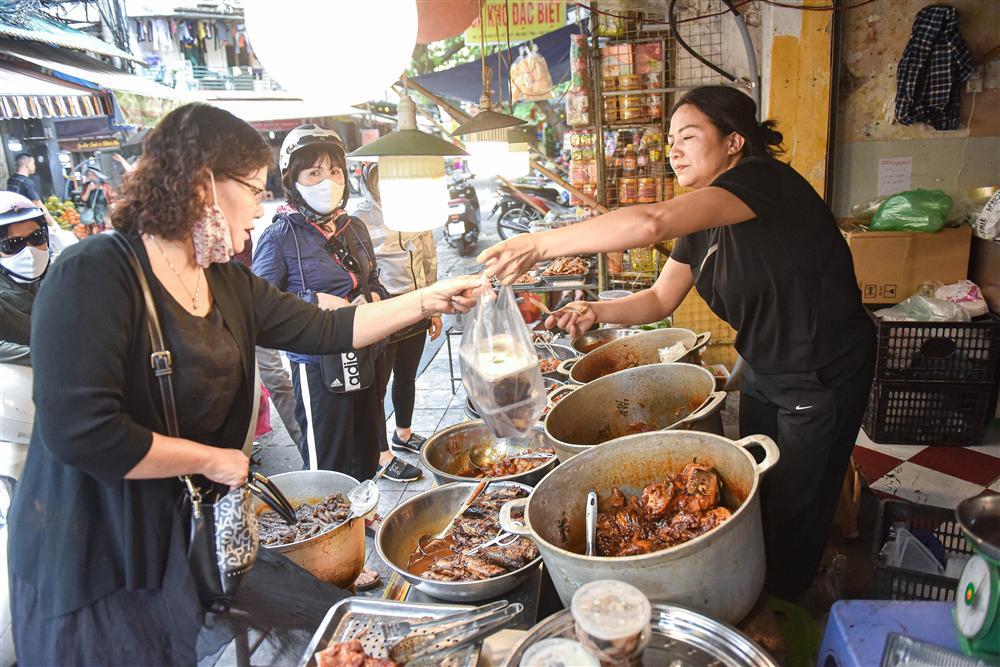 Bí mật quán cá kho phổ cổ Hà Nội, bà chủ bán 200kg cá mỗi ngày-1
