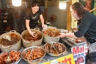 'Bí mật' quán cá kho phổ cổ Hà Nội, bà chủ bán 200kg cá mỗi ngày