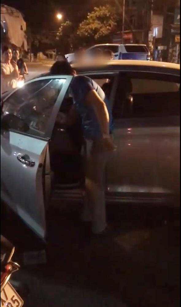 Clip: Bị bắt quả tang chở nhân tình trên ô tô, chồng hùng hổ lao xuống đấm đá cả vợ và người bạn đi cùng-2