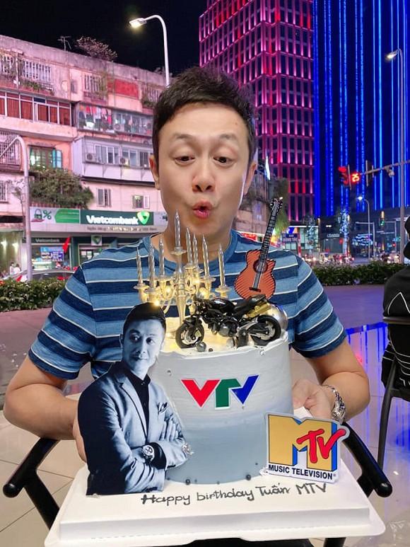 MC Anh Tuấn mở tiệc mừng sinh nhật tuổi 46 nhưng mọi ánh nhìn lại đổ dồn vào nhan sắc bà xã xinh đẹp, kín tiếng-5