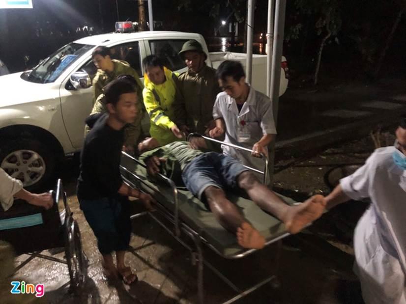 Đưa 5 người bị thương ở thủy điện Rào Trăng 4 đi bệnh viện-1