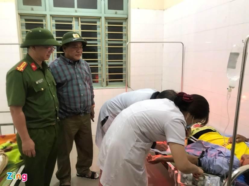 Đưa 5 người bị thương ở thủy điện Rào Trăng 4 đi bệnh viện-2