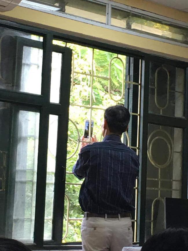Thầy giáo Toán đang dạy học bỗng chạy vội ra cửa sổ, động tác sau đó khiến học sinh trố mắt nhìn rồi ôm nhau cười sặc sụa-1