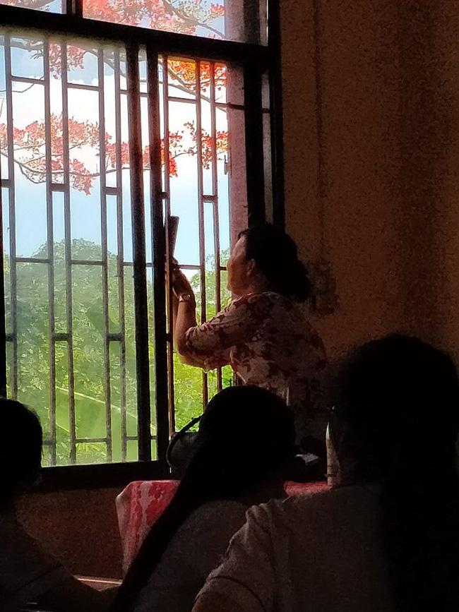 Thầy giáo Toán đang dạy học bỗng chạy vội ra cửa sổ, động tác sau đó khiến học sinh trố mắt nhìn rồi ôm nhau cười sặc sụa-2