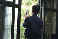 Thầy giáo Toán đang dạy học bỗng chạy vội ra cửa sổ, động tác sau đó khiến học sinh trố mắt nhìn rồi ôm nhau cười sặc sụa