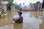 Ấm lòng người dân miền Trung vừa nhận được thùng mì cứu trợ đã bóc ra chia cho 6 hộ gia đình khác-3