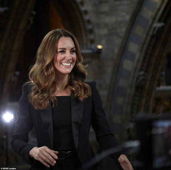 Công nương Kate được khen ngợi vẻ đẹp hoàn mỹ trong lần xuất hiện mới nhất khiến Meghan bị lép vế, cho thấy đẳng cấp hoàn toàn khác biệt-2
